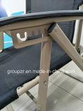 El plegamiento del metal ajusta la silla que acampa