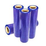 Pallet viola di colore che sposta la pellicola di stirata