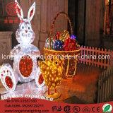 La decoración de Pascua se encienden Chickling y cesta de huevos