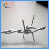 二重ねじれによって電流を通される有刺鉄線