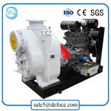 Individu de qualité amorçant la pompe centrifuge de cambouis d'engine brute