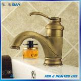 Retro colpetti di miscelatore caldi e freddi d'ottone del lavabo