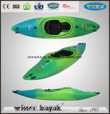 2.55mtr simples se reposent dans le kayak de remplissage de l'eau