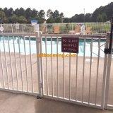 El polvo cubrió el cercado soldado aluminio de la piscina