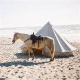 Wasserdichter Gebirgsmittelalterliches kampierendes Zelt mit rauchendem Stapel