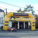 Arco inflável relativo à promoção da entrada com logotipo impresso