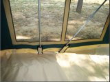 堅い床のキャンピングカートレーラーのテントを折る2017年のキャンバス