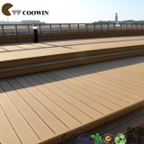 Revestimento de madeira ao ar livre da área de estacionamento da coberta da plataforma
