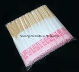 Palillos del embalaje con las fundas de papel para los palillos