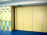 ホテルまたは会議室または多目的ホールまたは舞踏室のための移動可能で操作可能な隔壁