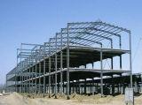 Estrutura de aço de dois pisos com parede de tijolos de oficina