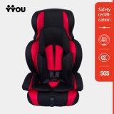 Kind setzt justierbaren beweglichen Baby-Auto-Sitz