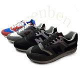 新しい販売の普及した人のスニーカーの靴