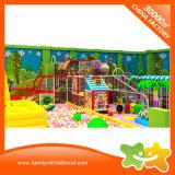 O parque de diversões labirinto crianças playground coberto com a bola tocar