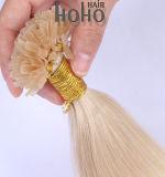 プロ直毛のブロンドの女性は18インチ前にUの先端のクチクラによって一直線に並べられた毛を結んだ