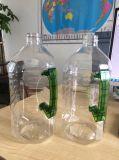 Una bottiglia di acqua minerale automatica piena delle 6 cavità che fa macchina