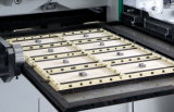La máquina que corta con tintas de la cartulina automática muere los cortadores para el papel Yw-105e