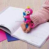 Fingerlingsの対話型の赤ん坊猿のおもちゃBella (黄色い毛を搭載するピンク)