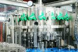 炭酸飲み物か装置を満たすビールガラスによってびん詰めにされるアルミニウム帽子