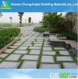 屋外の具体的で自然な石造りの庭の床のペーバーのタイル