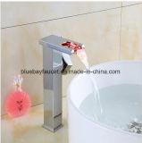 Nuovo rubinetto del dispersore del bacino del lavabo della cascata LED di alta qualità