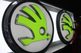 vide 3D formant le logo passé au bichromate de potasse de pièces d'auto