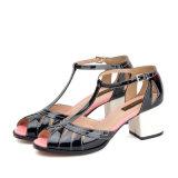 Лакированная кожа женщин высокой пятки T-Планки способа неподдельная Выдолбила-вне сандалии