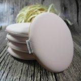 Круглые косметические порошок Слоеные пирожки, сталкиваются с губкой для макияжа