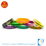 Venda por atacado personalizado Debossed Silicone Bangle