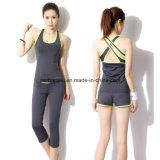 Donne che eseguono la maglia di sport ed il vestito di forma fisica delle signore dei pantaloni di yoga