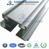 Verdrängtes Aluminiumprofil mit CNC, der für industrielles Gerät maschinell bearbeitet