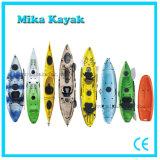 Il professionista si siede sulla canoa superiore della plastica dei pescherecci del kajak del mare