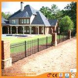 やりの上のホーム塀の住宅に庭の囲うこと