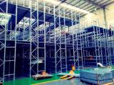 倉庫の記憶のラックによって上げられる鋼鉄プラットホーム