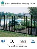 SGSおよびISO9001と囲う黒い平屋建家屋の庭