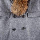 カラー人の長い様式のアライグマの毛皮が付いている毛皮のコート