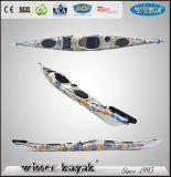 Il vincitore singolo si siede in kajak non gonfiabile di ricreazione dell'oceano