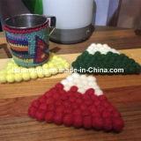 Almofadas da esfera de lãs da cor verde da decoração da tabela