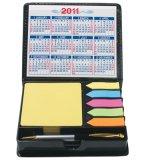 Календар таблицы с липкими блокнот и пер примечания