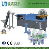 Frasco plástico automático cheio da água mineral que faz a máquina