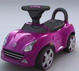 Giro dei capretti sul giro del bambino dell'automobile del giocattolo dei bambini dell'automobile del giocattolo sull'automobile