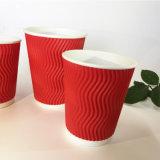 ふたが付いている赤く使い捨て可能な三重の熱い紙コップ