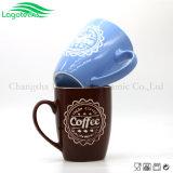 Tazas grabadas promocionales con la muestra del café