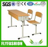 A mesa dobro plástica usada e a cadeira da escola popular ajustaram-se para o estudante (SF-13D)