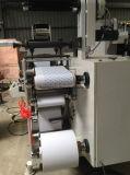 Une machine d'impression de couleur avec la station de découpage