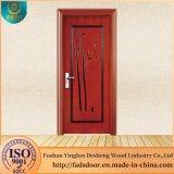 La puerta de madera maciza Desheng en Dhaka, Bangladesh