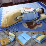 屋内屋外の男の子の子供の印刷はエンベロプの寝袋をからかう