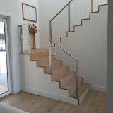 스테인리스 케이블 방책을 가로장으로 막는 별장 집 똑바른 계단
