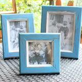 Decorazione domestica ambientale che tiene il blocco per grafici della foto della cornice di legno solido