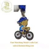 カスタム工場販売の円形浮彫りは金属の折りえりPinのサイクルメダルをからかう